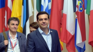 Greece's Prime Minister Alexis Tsipras (C) and Greek Finance Minister Euclid Tsakalotos (L) leave a euro zone leaders summit in Brussels, Belgium, July 13, 2015.  Euro zone leaders clinched a deal with Greece on Monday to negotiate a third bailout to keep the near-bankrupt country in the euro zone after a whole night of haggling at an emergency summit. REUTERS/Eric Vidal - RTX1K5PV